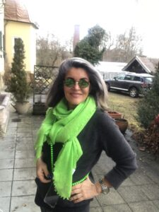Reisen-Reiseoutfit-Neonschal-Margit-Ruediger-cultureandcream-blogpost
