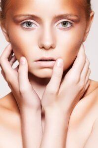 Bronzer-zuviel-Makeup-überzeichnet-Gesicht-Hände-erschreckt-cultureandcream-blogpost