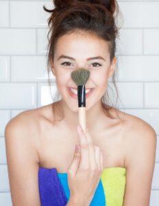 Bronzer-Makeup-Pinsel-Mädchen-Badezimmer-cultureandcream-blogpost