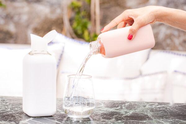 Wasser-Trinken-BeVivid-Trinkflasche-Eingießen-rote-Nägel-cultureandcream-blogpost