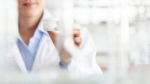 wissenschaftler-labor-beauty-chemiker-beautylab-cremetopf-tiegel-cultureandcream-blogpost